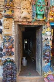 Drzwi-z-nepalskimi-maskami