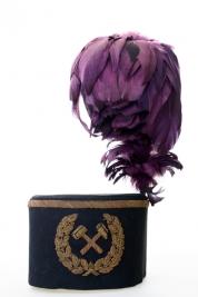 Galowa-czapka-gornika-z-fioletowym-pioropuszem
