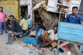 rzemieslnicy;-Varanasi;-Indie;-slusarz;-czyscibut;-wulkanizator;-Indie