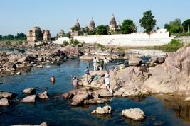 kapiel;-rzeka;-Hindusi;-skaly;-Orchha;-Indie;-zabytki