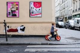 chlopiec;-rowerek;-graffiti;-reklamy,-Paryz;-ulica,-chodnik