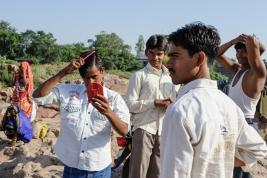 Chlopak-z-rozowym-grzebieniem-i-czerwonym-lusterkiem-Orchha-Indie