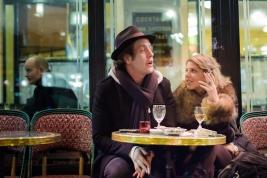 Para-rozmawiajaca-przy-stoliku-w-kawiarni-na-Saint-Germain-de-Pres-w-Paryzu