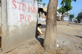 kucajacy;-chlopiec;-mur;-ulica;-Khajuraho;-Indie