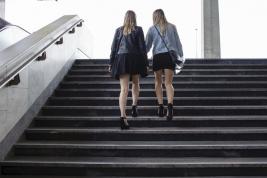 Dziewczyny-na-schodach-dworca-Warszawa-Centralna