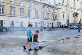 Chlopcy-i-fontanna-z-hydrantu-na-Krakowskim-Przedmiesciu-w-Warszawie