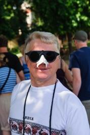 Mezczyzna-w-okularach-przeciwslonecznych-i-ochrona-przed-sloncem-na-nosie