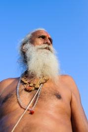 mezczyzna;-biala-broda;-starzec;-amulety;-Hindus;-naszyjniki;-Indie;-Orchha