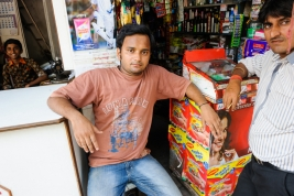 Mezczyzni-w-sklepie-w-Varanasi