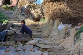 Nepalska-dziewczynka-na-schodach