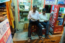 Czytajacy-mezczyzni-w-Varanasi