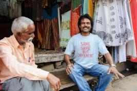 mężczyzna;-koszulka;-sklep;-same-same-but-different;-Pushkar;-Indie