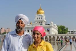 Sikh-z-corka-na-tle-swiatyni-Gurudwara-Bangla-Sahib-w-Delhi-Indie
