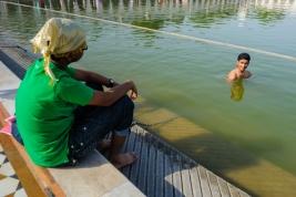 Kapiel-w-basenie-na-terenie-swiatyni-Sikhow-Gurudwara-Bangla-Sahib-w-Delhi-Indie