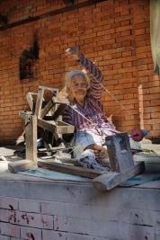 Przadka-z-wrzecionem-w-Nepalu