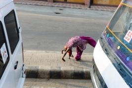 Dziewczynka,-akrobatka-pokazuje-sztuczki-na-ulicy-w-Jaipur,-Indie