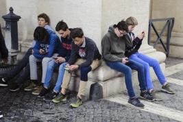 Chlopcy-z-telefonami-w-Watykanie