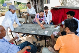 gra-w-karty;-karty;-stol;-Hindusi;-mezczyzni;-stol;-Indie