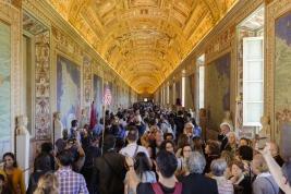 Tłum w muzeum watykańskim