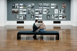 Para-ogladajaca-wystawe-Summo-w-Muzeum-Helmuta-Newtona-w-Berlinie