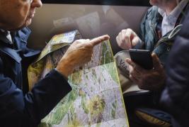 palec;-mapa;-Rzym;-autobus;-pasazerowie