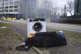 bezdomny;-pralka;-ognisko;-chodnik;-Warszawa