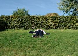 Człowiek odpoczywający na trawniku