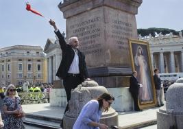 Mężczyzna z flagą Watykan