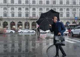 Mężczyzna z parasolem i teczką