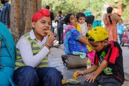 Mlodzi-Sikhowie-jedza-posilek-na-ulicy-w-Deli