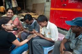 Mezczyzni-malujacy-dlonie-Hinduski-henna-na-ulicy-Deli