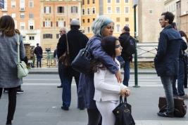 Ludzie-na-przystanku-autobusowym-w-Rzymie