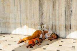 Śpiaca-matka-i-dziecko-na-podlodze-w-Światyni-Sikhow-Gurudwara-Bangla-Sahib-w-Delhi