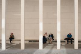 Turysci-odpoczywajacy-na-ulicy-w-Berlinie