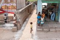 fryzjer,-salon-fryzjerski,-Waranasi,-Indie,-dzieci,-ludzie,-ulica