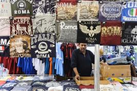 koszulki;-stragan;-Rzym;-Campo-de-Fiori;-sprzedawca;gladiator