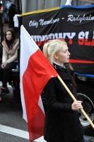 Kobieta-z-polska-flaga-podczas-przemarszu-Narodowcow-z-okazji-dnia-Niepodleglosci-Polski-Warszawa-20
