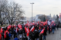Ludzie-z-flagami-z-bialym-orlem-w-czasie-manifestacji-Narodowcow-Dzien-Niepodleglosci-Polski-Warszaw