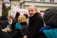 Polski-artysta-Zbigniew-Libera-podczas-manifestacji-przeciw-kapitalizmowi-Warszawa-Krakowskie-Przedm