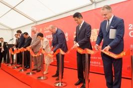 Ambasador Chin w Polsce Xu Jian i Waldemar Pawlak podczas otwarcia targów China HomeLife w Nadarzynie 2016/06/07.
