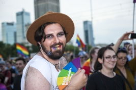 parada-rownosci;-Warszawa;-LGBT;-manifestacja;kapelusz;