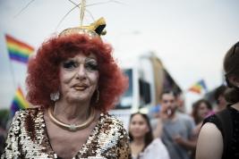 parada-rownosci;-Warszawa;-LGBT;-manifestacja;kobieta;makijaz