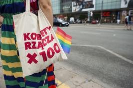 parada-rownosci;-Warszawa;-LGBT;-manifestacja;torba;kobieta