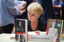Magdalena Zawadzka podpisuje książki podczas Warszawskich Targów Książki 2016/05/22.