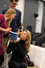 Martyna Wojciechowska z czytelnikami podczas wernisażu wystawy Tomasza Tomaszewskiego w Państwowym Muzeum Etnograficznym w Warszawie 2016/01/14.