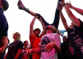 Publicznosć-tanczaca-podczas-koncertu-The-Adicts-na-25-festiwalu-PolandRock-2019-Kostrzyn-20190801