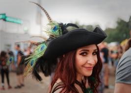Kobieta w kapeluszu Pol'and'Rock 2019