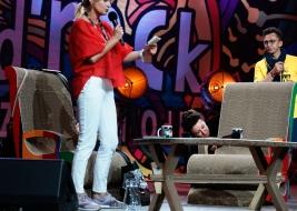 Pisarka-Olga-Tokarczuk-podczas-podpisywania-fotela-na-25-festiwalu-PolandRock-2019-Kostrzyn-20190803
