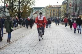 cyklista;-peleryna;-flaga;-przechodnie