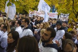 protest;-lekarze-rezydenci;-manifestacja;-transparenty